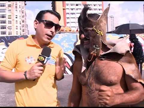O personagem Bode Velho Fedorento marca presença no Galo da Madrugada