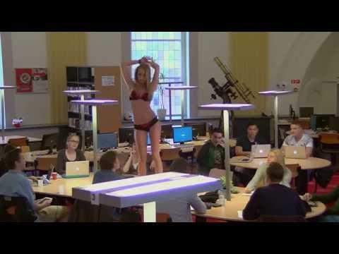 Khi một cô gái 'lột vỏ hành' ở thư viện, quá khó để tập trung