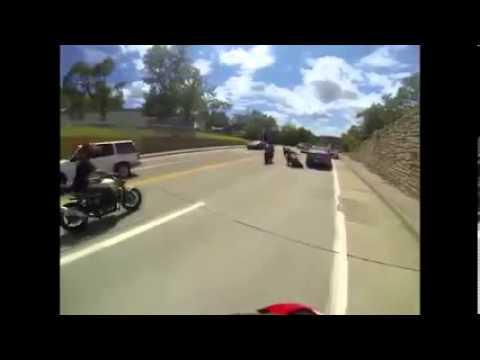 Pirueta en Moto termina sobre carro policial