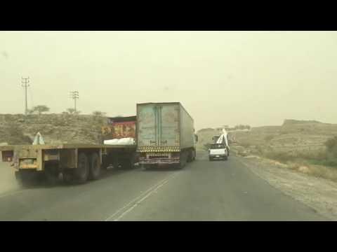#فيديو : أمير #عسير يوجه بترحيل سائقي الشاحنتين المتسابقيْن على طريق «#بحر_أبوسكينة» #السعودية