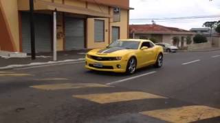 image of Camaro amarelo acelerando
