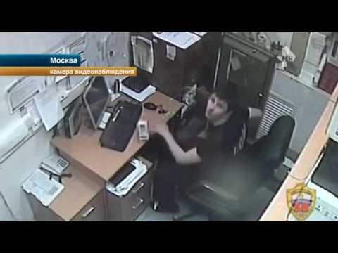 \Самый наглый\ охранник обворовал магазин в Москве развалившись в кресле директора - DomaVideo.Ru