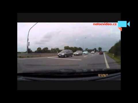 Čeští řidiči si hlavu s předností jízdy moc nelámou