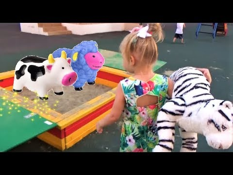 Алиса гуляет на КЛАССНОЙ детской площадке ! Playground area for children with slides (видео)