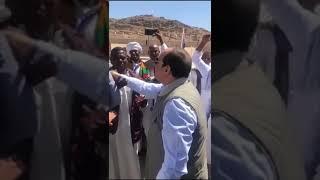 الرئيس يتوقف لتحية ومصافحة أبناء محافظة أسوان