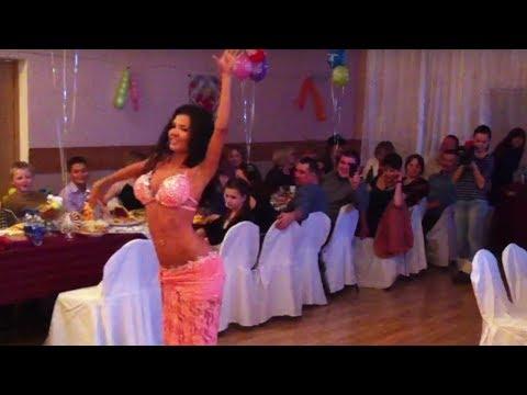 Красивая восточная танцовщица на свадьбе