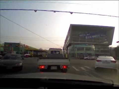 一体何があった?!自動車が急に加速してガソリンスタンドに激突!
