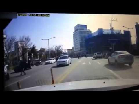 女駕駛倒車竟然倒到跌出車外…