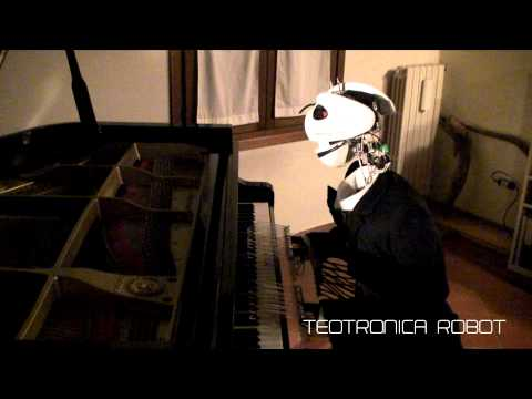 Piyano çalan robot