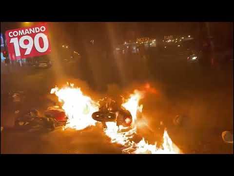 Após choque, motocicletas pegam fogo em plena Avenida Brasil