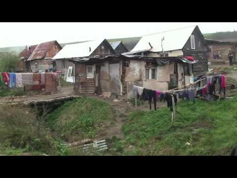 Takto žijú niektorí Rómovia na Slovensku. Špina, chudoba a nelegálne stavby.