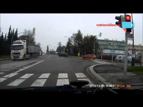 Předjíždění kamionu na křižovatce