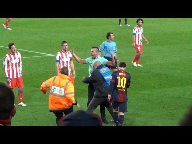 Đang đá thì fan chạy ra ôm Messi
