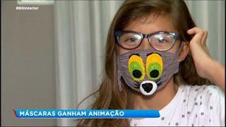 Artesã faz máscaras coloridas de crochê