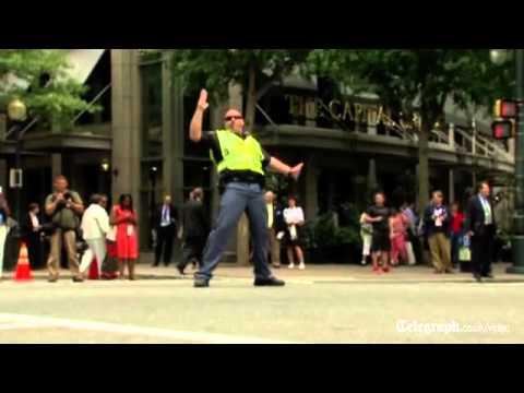 Cảnh sát điều tiết giao thông bằng vũ đạo cực chất :D