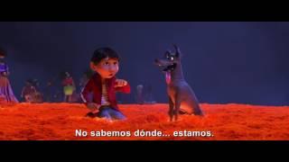 """En COCO, la nueva película de Disney-Pixar, Miguel, un aspirante a músico se une al simpático timador Héctor (voz original de Gael García Bernal) en una extraordinaria aventura en la Tierra de los Muertos.¡Haz click en """"Suscribirse"""" para ser el primero en ver los nuevos videos de Walt Disney Studios!Síguenos en:Facebook:http://www.facebook.com/DisneyStudiosLATwitter:https://twitter.com/DisneyStudiosLAInstagram:https://www.instagram.com/DisneyStudiosLA"""
