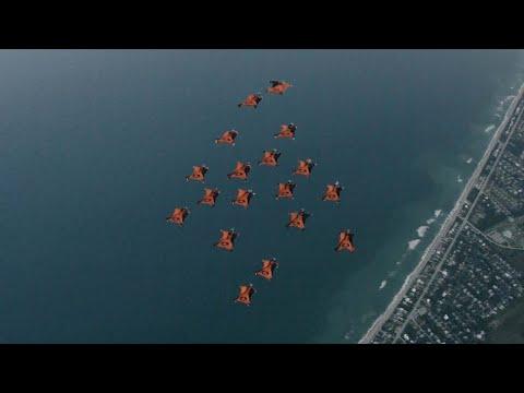 Потрясающий полет экстремалов в вингсьютах