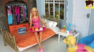Barbie rutina de Mañana fin de semana . Barbie se levanta en su lindo dormitorio y la manda mensajes de texto a sus amigos , la invitan a un picnic en el parque con parrilada divertida. Barbie toma desayuno, se baña , cepilla los dientes y se cambia. Barbie lleva a su perrito popo a el parque. Barbie se reune con sus amigos y comen hot dogs y  ella horneo un pie. luego toman helado del carrito de helado en bicicleta. Abrimos nuevas muñeca de Barbie con modas modernas y siluetas llenitas, y altas. Tambien jugamos con el nuevo muñeco ken #manbunken .Rutina de Mañana en Casa de Barbie y Sus Hermanas - Juguetes de Titihttps://youtu.be/U5D-c4DrP2YNuevo Barbie Camper con Piscina y Tobogan - Chelsea Stacie Skipper Aventuras de Campamentohttps://youtu.be/iqSTTcLWpgoBarbie se Baña en el Jacuzzi con sus Amigas - Decorando el Patio de la Casa de Muñecashttps://youtu.be/0yx1lj8Lx5M