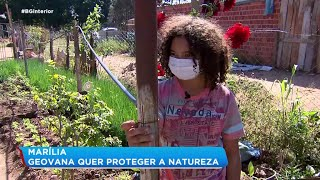 Menina de 11 anos ajuda o pai a cuidar da horta
