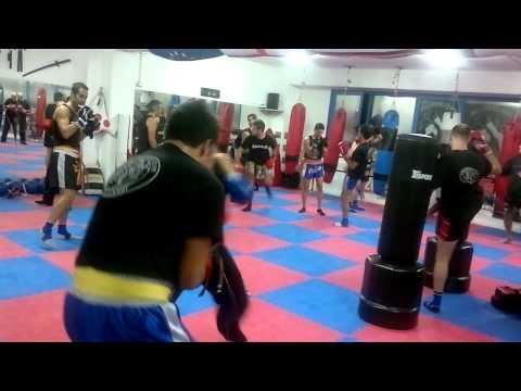 Corso misto kickboxing fighter lavoro di boxe e kick al tronco