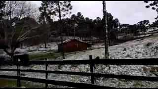 O primeiro evento de neve de 2017 na serra de Santa Catarina foi registrado pela internauta Jeane Vieira na sexta-feira, dia 9 de junho. As imagens são do mu...