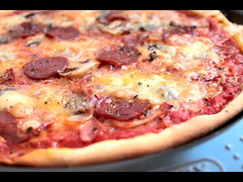 Pizza de masa fina con pepperoni y mozzarella