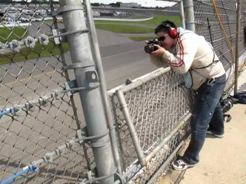 攝影師挑戰極限! 賽車極速呼嘯而過下拍攝!