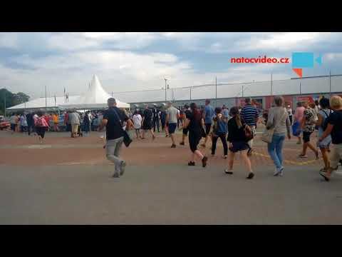 Boj o nákupní košíky před výstavištěm v Letňanech