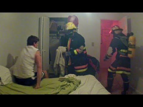 Grabbar lurar sin kompis att det brinner i hans lägenhet