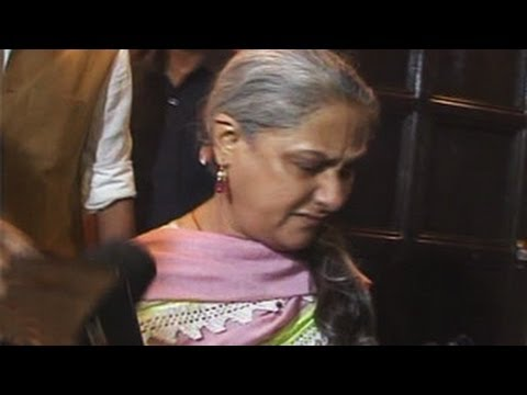 Jaya Bachchan Pushes And Grabs Reporter's Collar