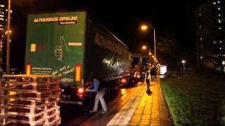 Vrachtwagen verliest duizenden blikjes melk