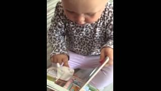 رد فعل رضيعة بعد مبالغة أمها في اللعب معها