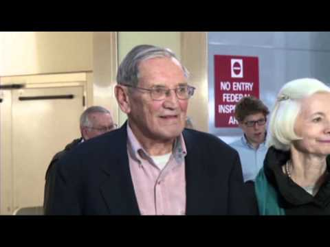 Us - U.S. veteran Merrill Newman, 85, was tired but all smiles as he arrived at the San Francisco airport after being detained for several weeks in North Korea. (...