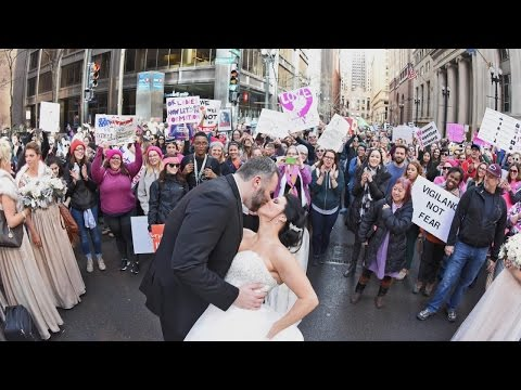 Photographer Snaps Incredible Wedding Photo Of Couple In Women's March (видео)