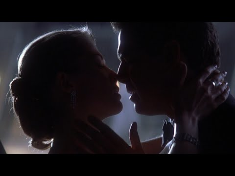 Rosamund Pike Hot Kissing Scene [hd] (miranda Frost)