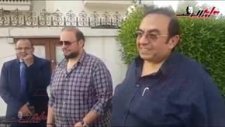 مصرى يبكى حباً لمصر امام سفارة البحرين اثناء الاستفتاء
