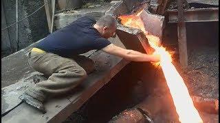 Gość wsadza rękę do roztopionego metalu