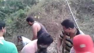 Mohanlal Helping At Shooting Location of Pulimurugan