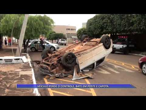 JATAÍ | Carro perde o controle, bate em poste e capota