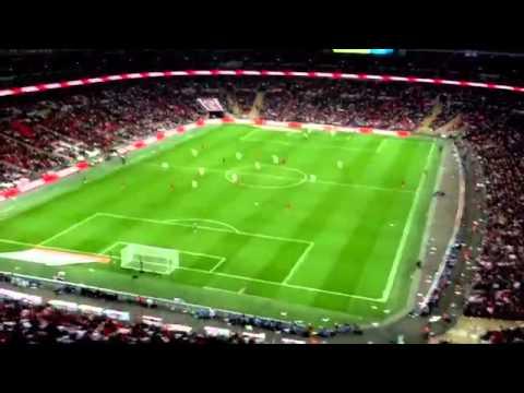 「【サッカー】これはゴルゴ13。客席から投げた紙飛行機が選手を直撃。」のイメージ