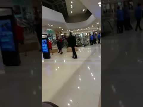 Juiz Sérgio Mouro tem um forte esquema de segurança para ir ao sinema (видео)