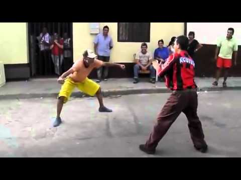 Hilarante! Dos borrachos peleando en la calle