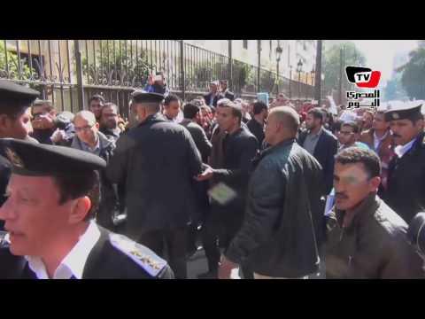 ضابط شرطة ينفعل على متظاهري «حملة الماجستير»: معاك تصريح؟