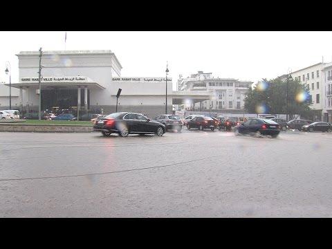 أمطار غزيرة تشهدها مدينتا الرباط وسلا تعرقل تنقل المارة والركاب