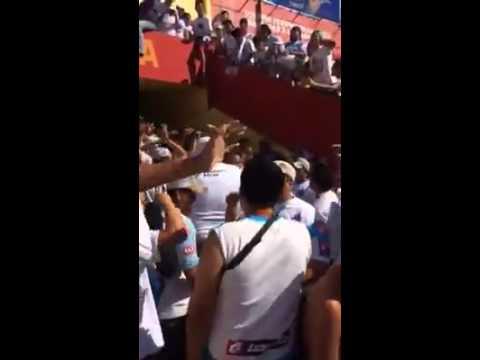 Ultra Blanca Muchachos traigan vino Juega Alianza - La Ultra Blanca y Barra Brava 96 - Alianza