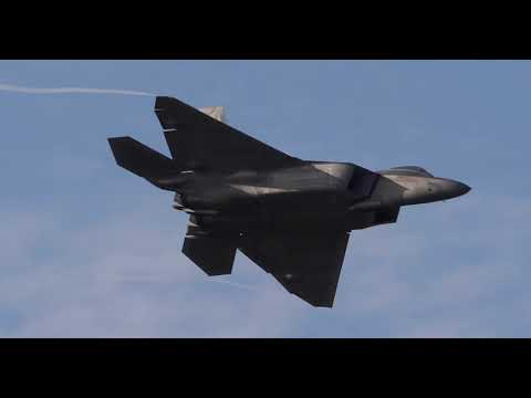 Выполнение фигур высшего пилотажа истребителем F-22 Raptor демонстрационной группы ВВС США