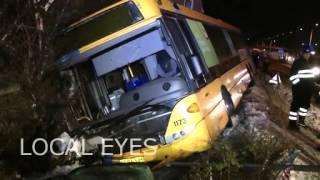 En HT bus skred mandag aften af vejen. Den ramte en parkeret bil og kørte ind i et hus. Uheldet skete på Lyngbyvej i København,...