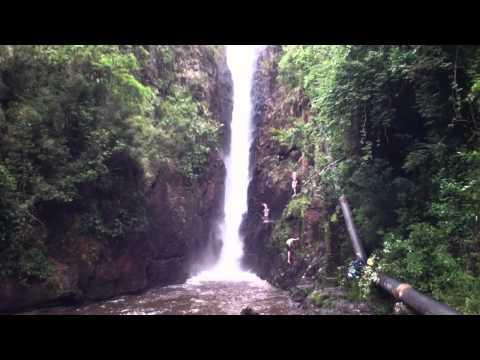 Garotos pulando da Cascata Paraíso em Campo Alegre