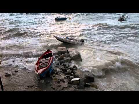 mare in tempesta a reggio calabria