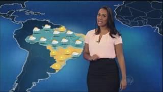 Devido à ação de uma massa de ar frio, a temperatura cai no Sul do Brasil e os termômetros registram máxima de apenas 19º em Porto Alegre. Uma área de alta p...